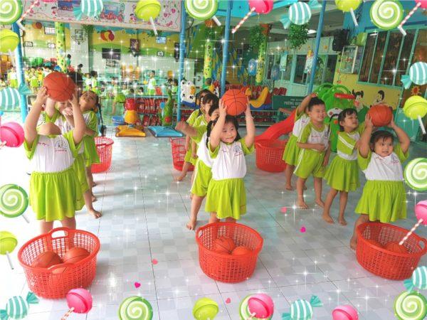 trò chơi chuyền bóng cho trẻ mầm non