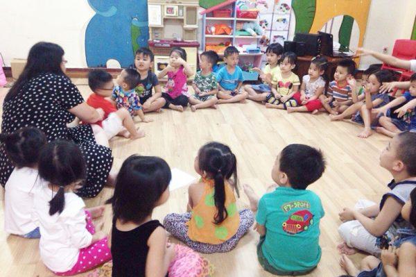 Trò chơi cho trẻ mầm non thêm bớt đồ vật giúp bé phát huy khả năng ghi nhớ đồ vật