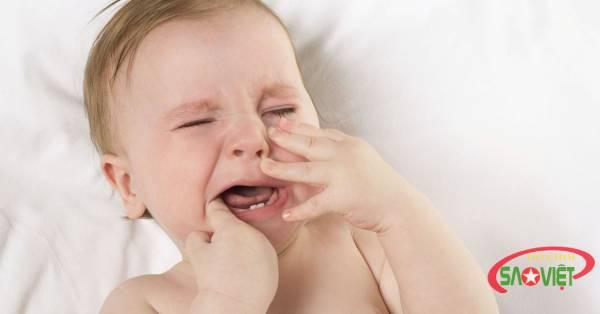 Phải làm gì khi bé bị viêm loét miệng họng?